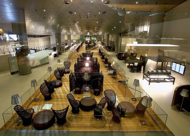 Review Qatar AIrways business class lounge al mourjan doha hamad airport