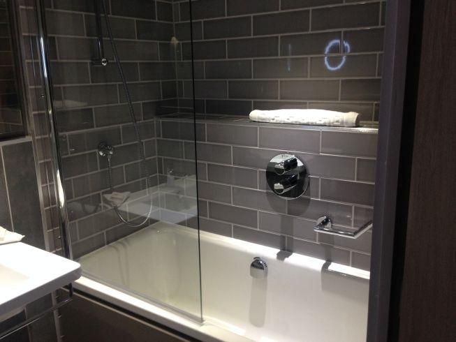 holiday inn manchester city centre review room bathroom bathtub