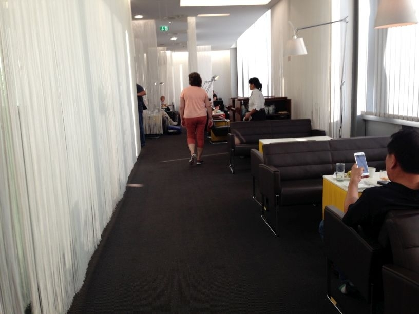 air-lounge-vienna-airport-hallway-sitting
