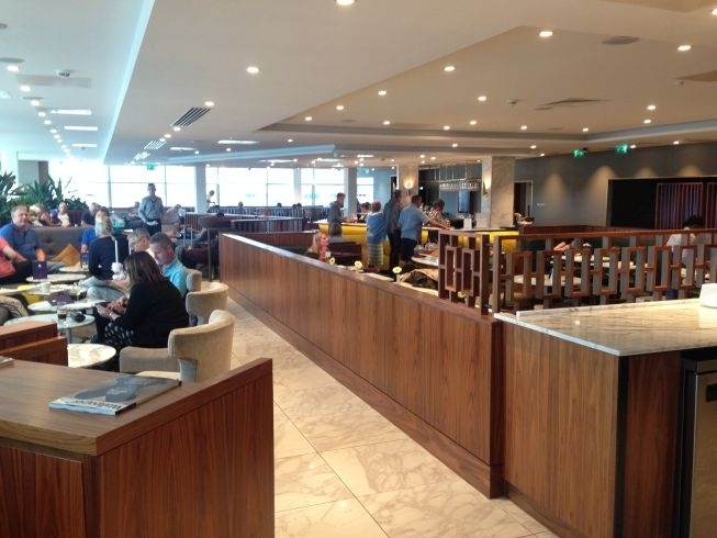 no-1-lounge-gatwick-south-tables