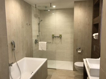 element-by-westin-amsterdam-room-bathroom-bathtub