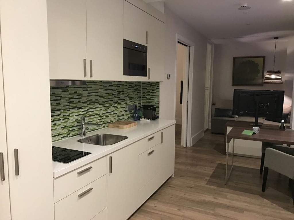 element-by-westin-amsterdam-room-kitchen-table-tv