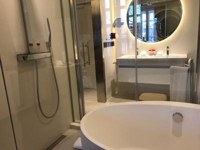 Gran Melia Palacio De Los Duques Madrid Bed Bathroom