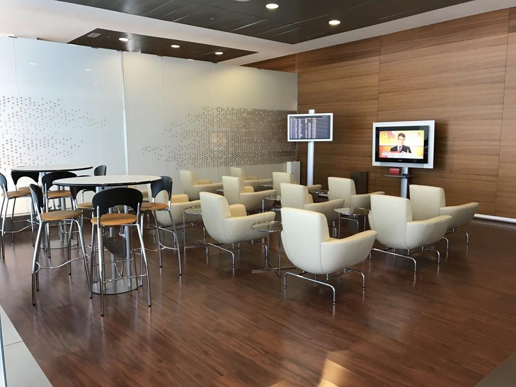 madrid airport sala velazquez lounge TV room