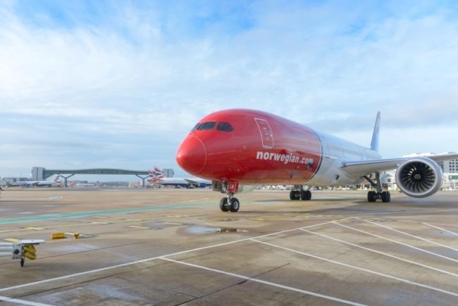 787 Dreamliner at LGW small