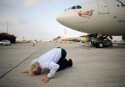 Richard Branson kisses ground