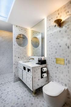 Qantas First Class lounge Singapore shower
