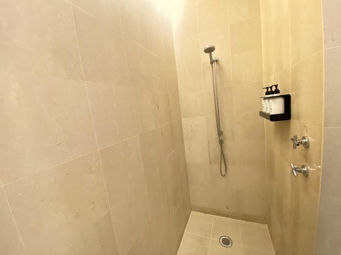 Qantas lounge Singapore shower