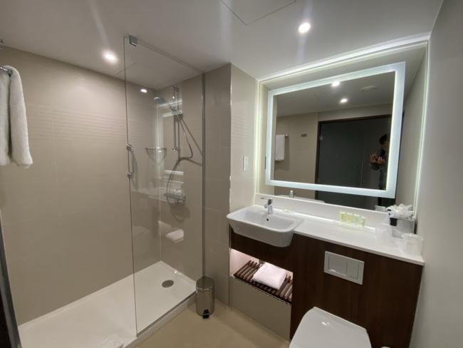 Courtyard Marriott Luton Airport bathroom