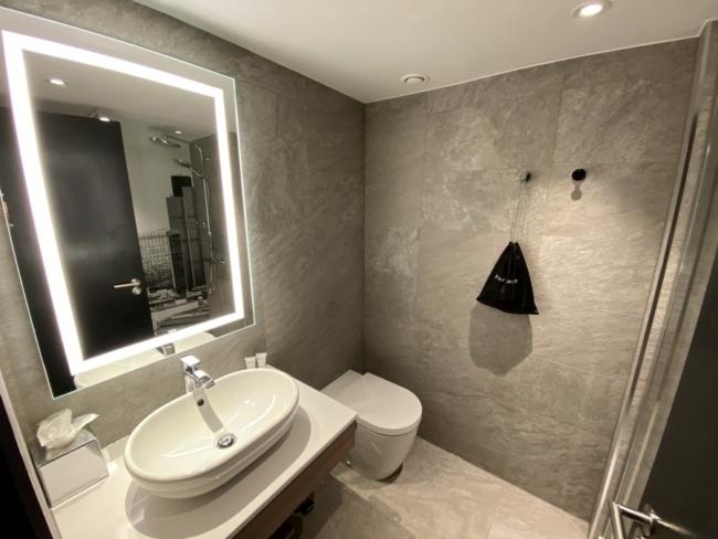 Radisson Heathrow Hotel bathroom