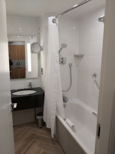 DoubleTree Manchester Airport bathroom
