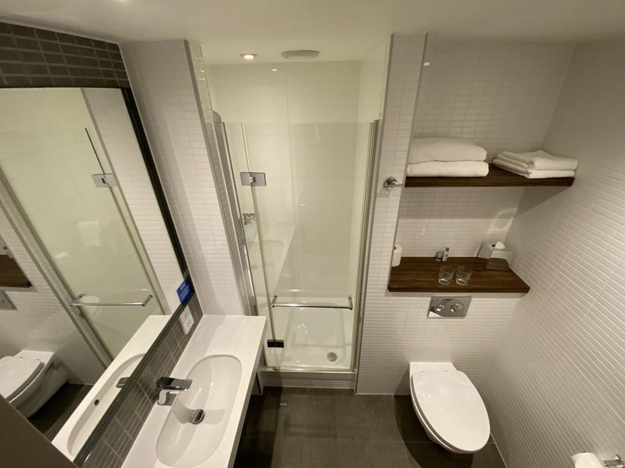 Doubletree Tower of London bathroom