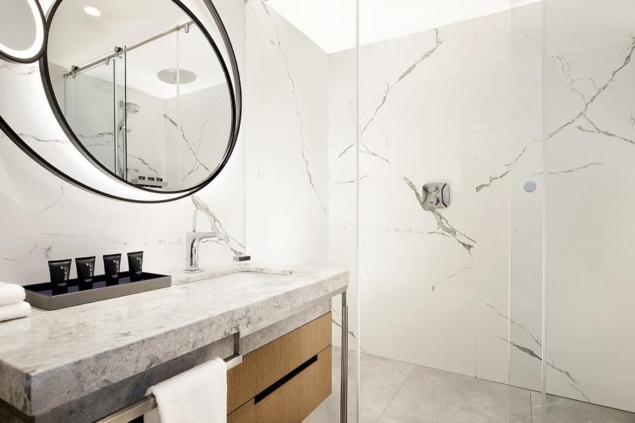 Sheraton Tel Aviv Deluxe Room bathroom
