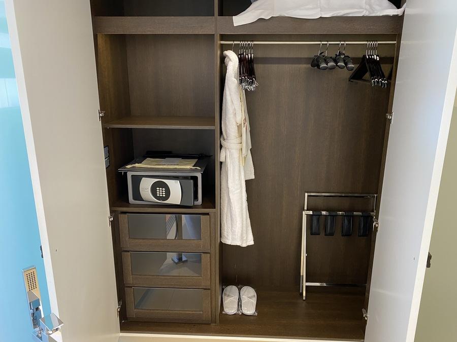 Pine Cliffs Ocean Suites wardrobe