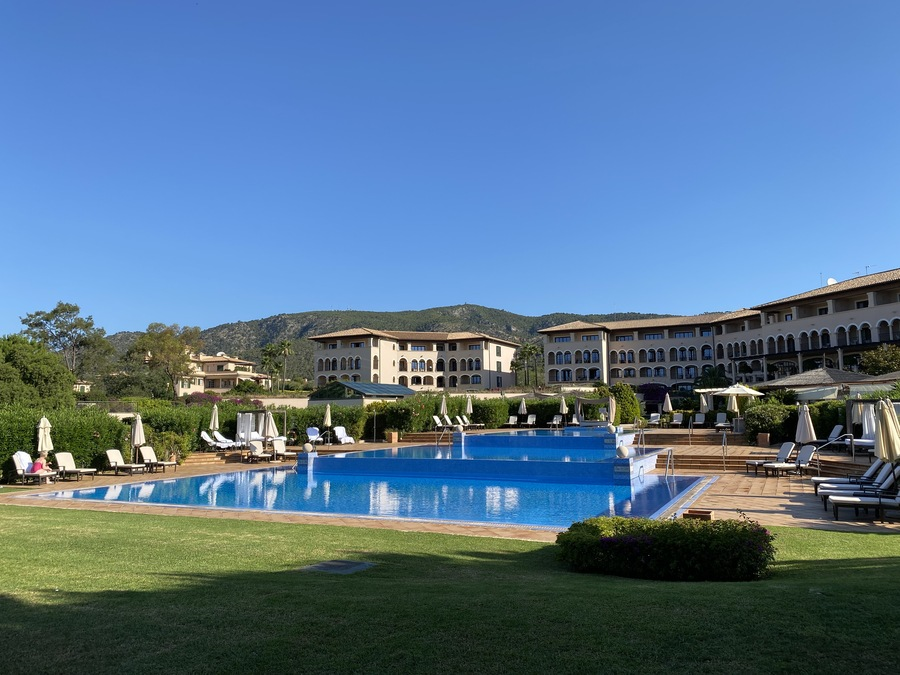 St Regis Mardavall pool