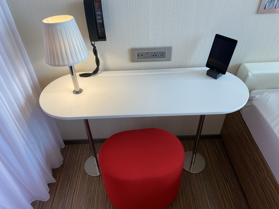 citizenM Tower of London desk