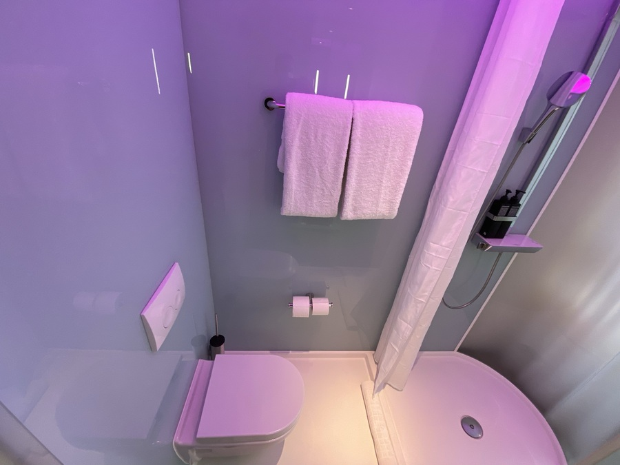 citizenM Tower of London toilet wet room