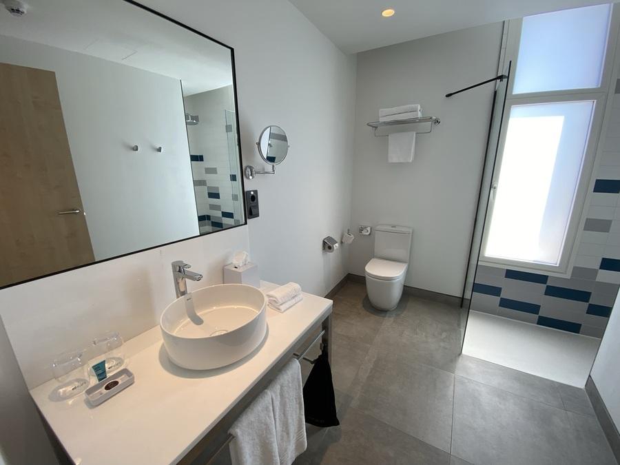 Aloft Madrid Gran Via bathroom