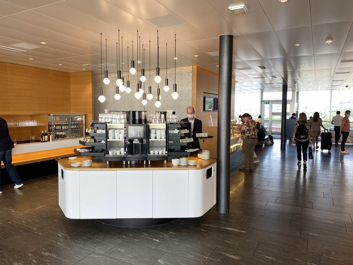 SWISS Senator Lounge Zurich drinks island